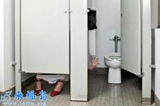 好悲催的女人,上廁所最怕的就是遇到這樣的囧事!