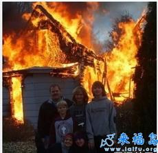 El incendio no les impide tomar fotos.