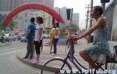 這爺們穿裙子騎單車太拉風了