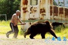 这老爷子太暴力了,棍子打熊