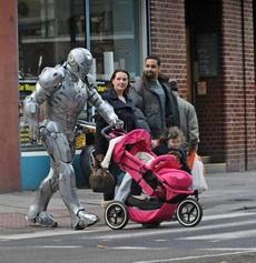 El hombre de hierro en la calle