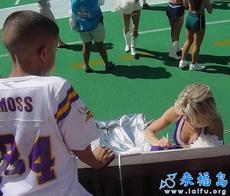 Le está firmando un autógrafo al niño.