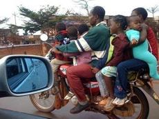 孩子多也不怕,一辆摩托就够了