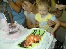 左边那个蛋糕真的合适给小朋友吗?