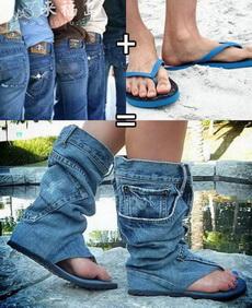 牛仔裤与拖鞋的结合