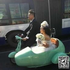 路边看到一逆天婚车,真是又拉轰又环保啊!
