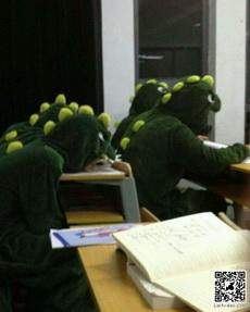 一进自习室吓一跳,听说是他们寝室的室服