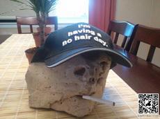 给石头带上帽子,抽上烟