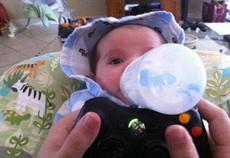 玩游戏的同时不要忘记喂孩子