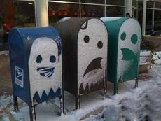 被凍歪嘴的垃圾箱!