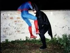 蜘蛛侠这么矮都爬不过去啊!