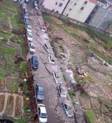 下了一场雨,靠墙的车都悲催了!