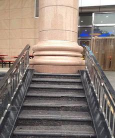 这楼梯是来坑爹的还是卖萌的?