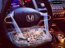 真正的吃货在开车的时候也不会忘了吃!