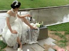 妹子,正拍婚纱照呢!