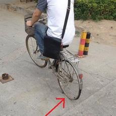 哥,车胎都没有了,还能继续骑吗?