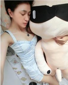 这么漂亮的妹子抱着它睡,可惜了。