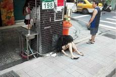 城里人真浪費這么新的充氣娃娃也扔