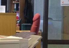 办公室面对着同事的座椅