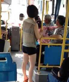 一大堆男的都跑到公车后面了
