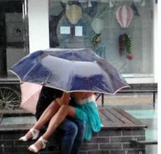 一把雨伞下的激情!