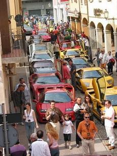 还以为车展呢,原来是迪拜堵车