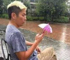 我淋点雨没事儿,手机可不行