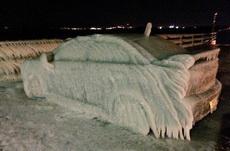 冬天把车停在湖边的下场