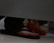 这哥们太急上厕所了都穿错鞋子了