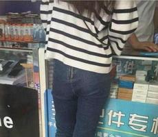 妹子裤子穿反了吧