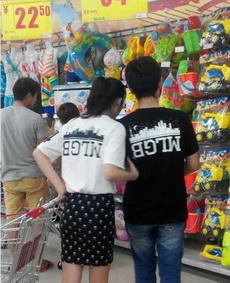 超市里看到一對情侶奇葩,穿了一對奇葩情侶衫。