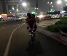 这个姿势骑车得罚,因为对单身狗造成了一万点伤害