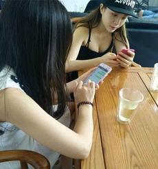 每次朋友聚会都以吃饭为名,聚在一起玩手机!