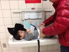 有什么好奇怪的,你上厕所的时候不看书吗?