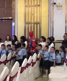 学校要求大人和小孩统一着装