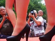 这个摄影师有点奇怪,为什么跑到人家脚底下拍老头?