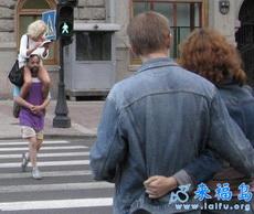 这个男人很爱他的老婆