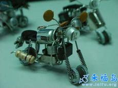强人制造的微型摩托车
