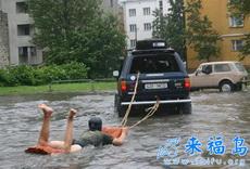 搞笑的冲浪,下次你家被水淹了也可以这么玩