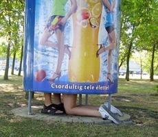 一男一女在公园里干嘛?