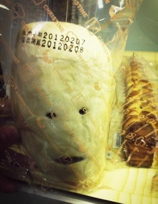 大晚上的姐們幾個被面包嚇倒了....面包先森你介是要成精吶....