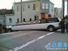 大家一齐来抬老板的车