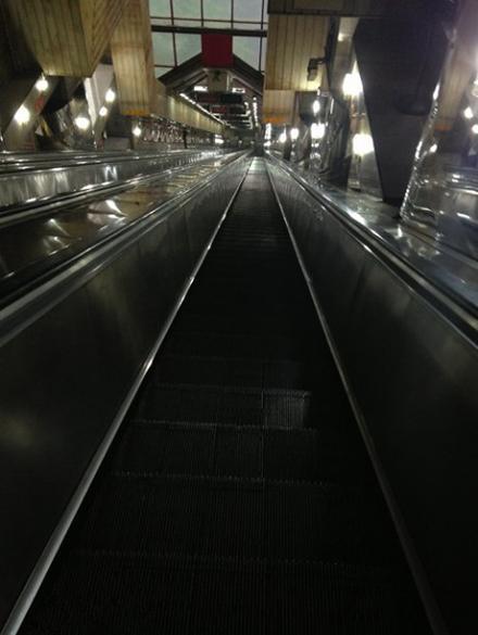 重庆两路口皇冠大扶梯。据说亚洲最长扶梯。站在上面见不到底,两腿只哆嗦[奇闻怪事]