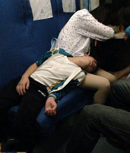 这睡觉姿势也是醉了!
