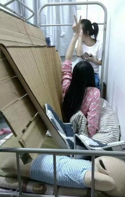 和舍友一起三个人在上铺,结果床塌了全部滚下来