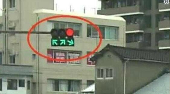 这信号灯原来是在打游戏