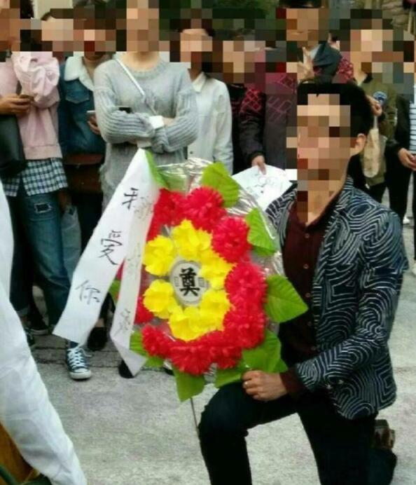 一名男子拿花圈当众给一位美女求婚!