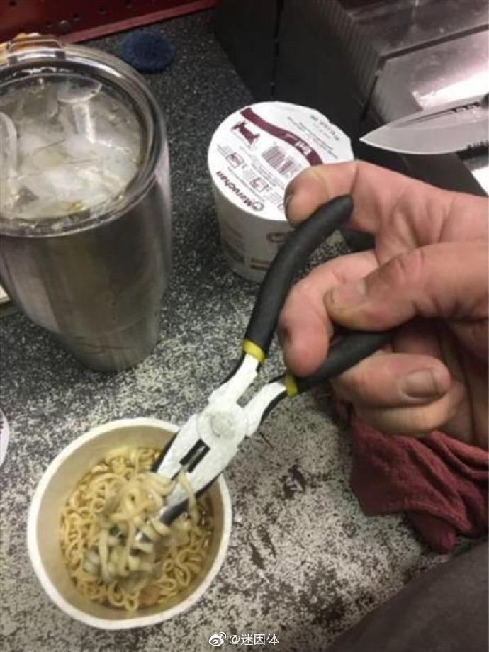 理科生吃面没筷子